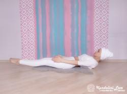 Поза натяжения c медленным глубоким дыханием. Упражнение Кундалини Йоги картинка