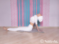 Поза с откинутой назад головой. Упражнение Кундалини Йоги картинка