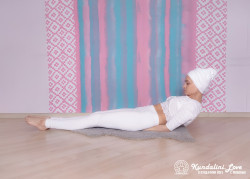 Поза с приподнятым торсом. Упражнение Кундалини йоги картинка