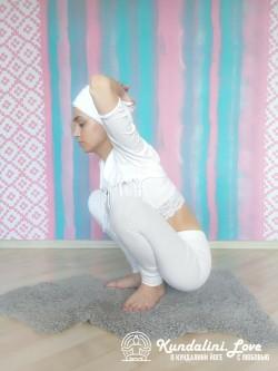 Приседания с руками на макушке головы 2. Упражнение Кундалини Йоги картинка