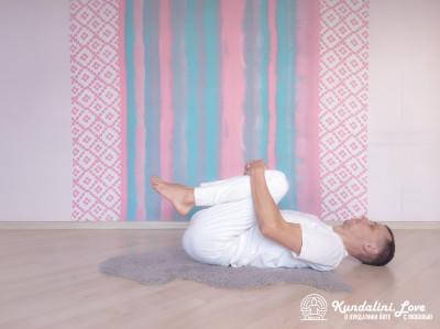 Прижимание колен к груди в Позе Трупа 2. Упражнение Кундалини Йоги картинка