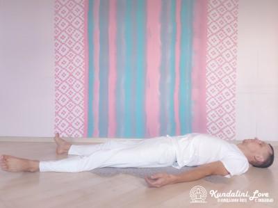 Прижимание колен к груди в Позе Трупа 1. Упражнение Кундалини Йоги картинка