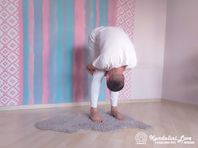 Прижимание лба к коленям. Упражнение Кундалини Йоги картинка