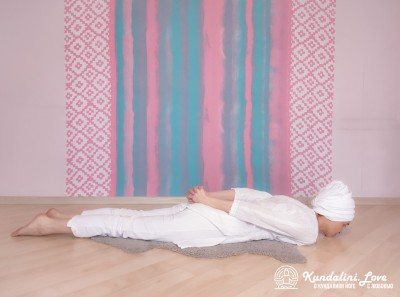 Прогибы поясницы лежа на животе 1. Упражнение Кундалини Йоги картинка