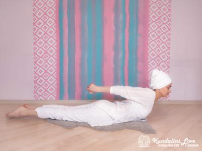 Прогибы поясницы лежа на животе 2. Упражнение Кундалини Йоги картинка