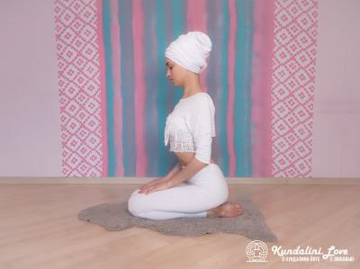 Прогибы позвоночника с мантрой Са Та На Ма 1. Упражнение Кундалини Йоги картинка