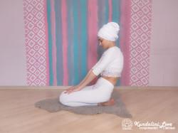 Прогибы позвоночника с мантрой Са Та На Ма 2. Упражнение Кундалини Йоги картинка