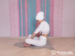 Прогибы позвоночника в Простой Позе 2. Упражнение Кундалини Йоги картинка