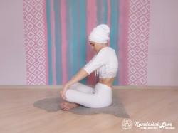Прогибы верхнего отдела позвоночника в Простой Позе 2. Упражнение Кундалини Йоги картинка