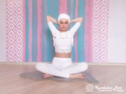Простая Поза, руки в замке за шеей 1. Упражнение Кундалини Йоги картинка