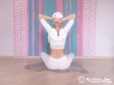 Простая Поза, руки в замке за шеей 2. Упражнение Кундалини Йоги картинка