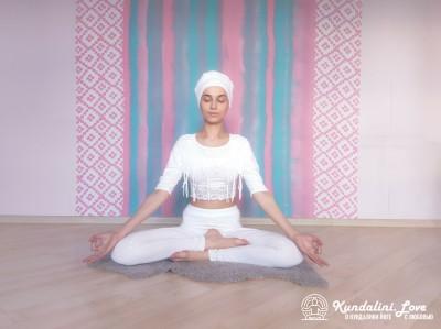 Простая Поза с мантрой Са Та На Ма. Упражнение Кундалини Йоги картинка