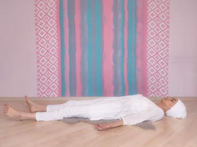 Отдых на спине. Упражнение Кундалини Йоги картинка