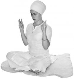 Скрещивания рук перед грудью 1. Упражнение Кундалини Йоги картинка