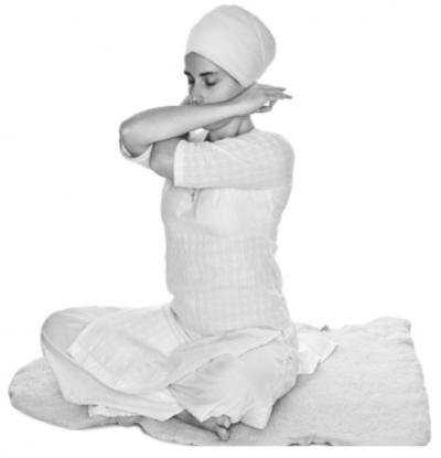 Скрещивания рук перед грудью 2. Упражнение Кундалини Йоги картинка