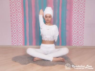 Сплетение пальцев рук за спиной 1. Упражнение Кундалини Йоги картинка