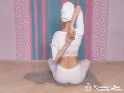 Сплетение пальцев рук за спиной 2. Упражнение Кундалини Йоги картинка