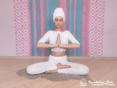 Сжимание рук с усилием 12-15 кг. Упражнение Кундалини Йоги картинка