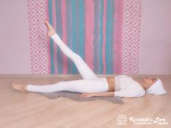 Тряска правой ногой. Упражнение Кундалини Йоги картинка