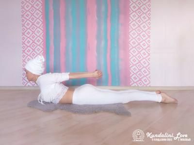 Вариация Позы Лодки. Упражнение Кундалини Йоги картинка