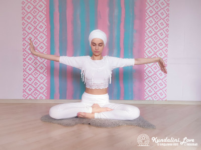 Вращение правой и левой руками в Простой Позе 3. Упражнение Кундалини Йоги картинка