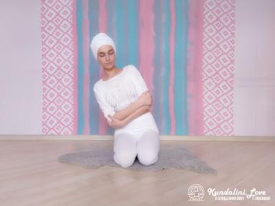 Вращение туловищем с руками на груди 1. Упражнение Кундалини Йоги картинка