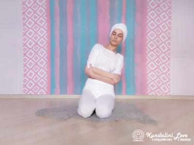 Вращение туловищем с руками на груди 2. Упражнение Кундалини Йоги картинка