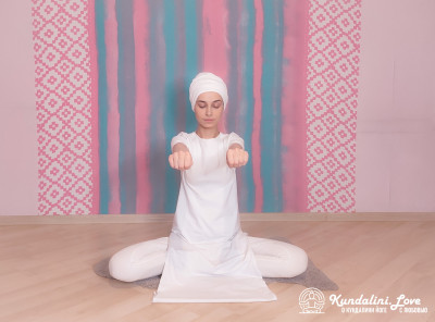 Вращения кулаками на уровне Сердечного Центра. Упражнение Кундалини Йоги картинка