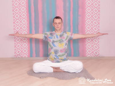 Удерживание рук, вытянутыми в стороны. Упражнение Кундалини Йоги картинка